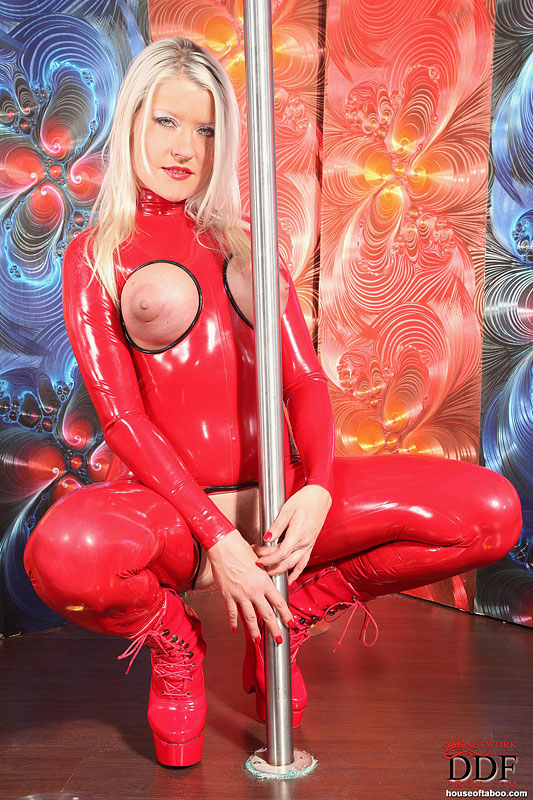 Stripper Rubs Her Pussy On Pole and Cums - YouPorncom