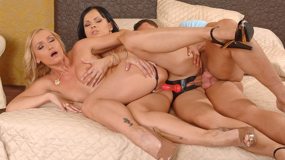 Threesome ffm strap on